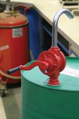 Pompe manuelle pour fut d'huile ou de gasoil